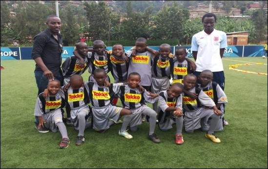 Das Team mit den neuen Trikots des FC Sandhausen. Trainer Vincent und Emmanuel trainieren die Kinder im Alter von 8-12 Jahren drei Mal die Woche
